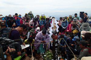 久住山山頂での神事の様子(平成27年度)